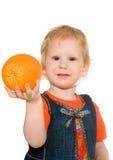 Fille avec l'orange Photographie stock libre de droits