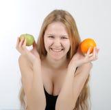 Fille avec l'orange dans des ses mains Photo stock