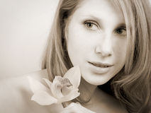 Fille avec l'orchidée Image libre de droits