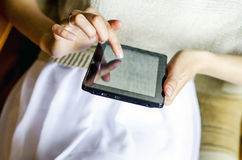 Fille avec l'ordinateur de comprimé Photo libre de droits