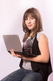 Fille avec l'ordinateur portatif photos libres de droits