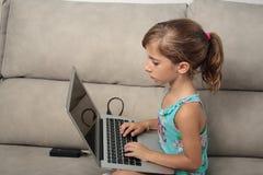 Fille avec l'ordinateur portatif Image libre de droits