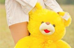 Fille avec l'ours de nounours Image libre de droits