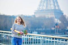 Fille avec la baguette et les tulipes françaises traditionnelles images libres de droits