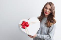 Fille avec la boîte en forme de coeur rouge Photos stock