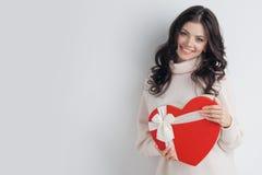 Fille avec la boîte en forme de coeur rouge Image libre de droits