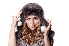 Fille avec la boule de neige dans des mains photos libres de droits