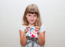 Fille avec la bourse colorée Photo stock