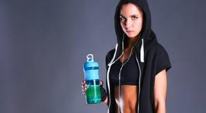 Fille avec la bouteille dans des mains après sport Photographie stock libre de droits