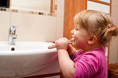 Fille avec la brosse à dents images stock