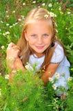 Fille avec la camomille Photographie stock
