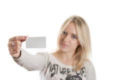 Fille avec la carte de visite professionnelle de visite Photographie stock libre de droits