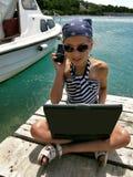 Fille avec la cellule et l'ordinateur portatif Image libre de droits