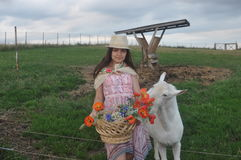 Fille avec la chèvre Photo stock