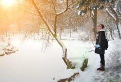 Fille avec la chute de neige d'hiver Photo stock