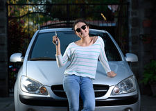 Fille avec la clé de voiture image stock