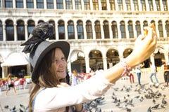 Fille avec la colombe Image libre de droits
