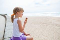 Fille avec la crème glacée près de la plage Images libres de droits