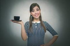 Fille avec la cuvette de café Croissant doux et une cuvette de café à l'arrière-plan Temps de café Pause de midi Cuvette de café  images libres de droits