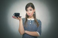 Fille avec la cuvette de café Croissant doux et une cuvette de café à l'arrière-plan Temps de café Pause de midi Cuvette de café  image stock