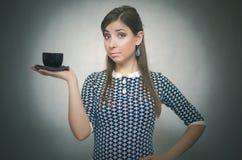 Fille avec la cuvette de café Croissant doux et une cuvette de café à l'arrière-plan Temps de café Pause de midi Cuvette de café  photos stock