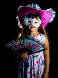Fille avec la fan et masque dans la robe photo stock