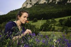 Fille avec la fleur de pavot Photographie stock libre de droits