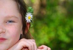 Fille avec la fleur derrière l'oreille Image libre de droits
