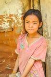 Fille avec la fleur sur la chemise au Népal Photos libres de droits