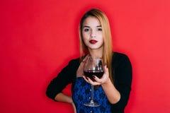 Fille avec la glace de vin rouge Photos stock