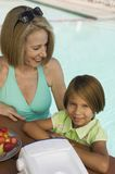 Fille (7-9) avec la grand-mère au portrait de piscine. Photographie stock