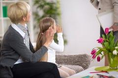 Fille avec la grand-maman ondulant une salutation Photo libre de droits