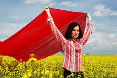 Fille avec la grande écharpe rouge 2 Images libres de droits