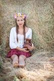 Fille avec la guirlande de fleur Photo libre de droits