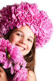 Fille avec la guirlande des fleurs roses sur le fond blanc d'isolement Photos stock
