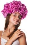 Fille avec la guirlande des fleurs roses sur le fond blanc d'isolement Photo libre de droits
