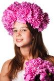 Fille avec la guirlande des fleurs roses sur le fond blanc d'isolement Photos libres de droits