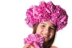 Fille avec la guirlande des fleurs roses sur le fond blanc d'isolement Images stock