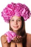 Fille avec la guirlande des fleurs roses sur le fond blanc d'isolement Photographie stock