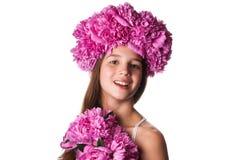 Fille avec la guirlande des fleurs roses sur le fond blanc d'isolement Image stock