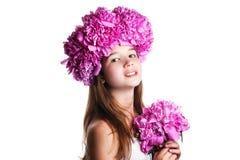 Fille avec la guirlande des fleurs roses sur le fond blanc d'isolement Photo stock