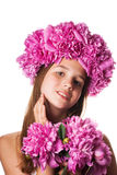 Fille avec la guirlande des fleurs roses sur le fond blanc d'isolement Images libres de droits