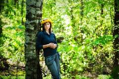 Fille avec la guirlande du pissenlit jaune Image libre de droits