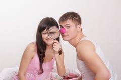 Fille avec la loupe, nez de clown de type Photographie stock libre de droits