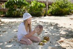 Fille avec la noix de coco Photo stock