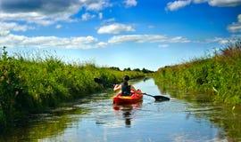 Fille avec la palette et le kayak Photo libre de droits