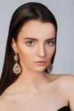 Fille avec la peau propre et le beau visage Modèle en bijoux Photographie stock