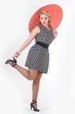Fille avec la photo de parapluie dans le style des années 60 Image stock