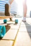Fille avec la planche à roulettes en bois de longboard Images stock