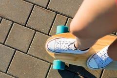 Fille avec la planche à roulettes en bois de longboard Images libres de droits